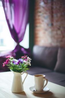 Taza de café sobre la mesa en la cafetería vacía