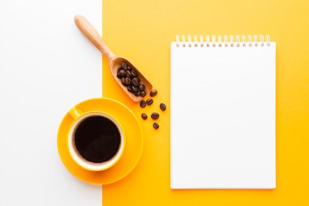 Taza de café sobre la mesa con maqueta