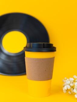 Taza de café y surtido de vinilo.