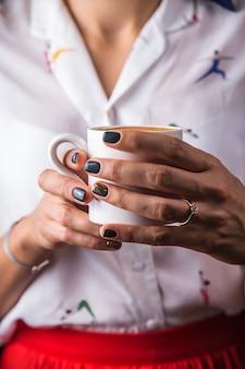 Una taza de café sutra como una forma de conciencia y relajación para una chica moderna.