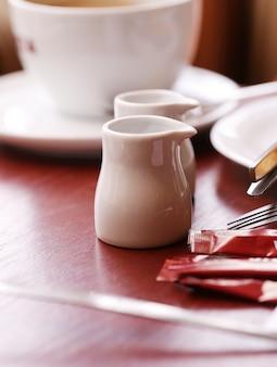 Una taza de café y unas teteras.
