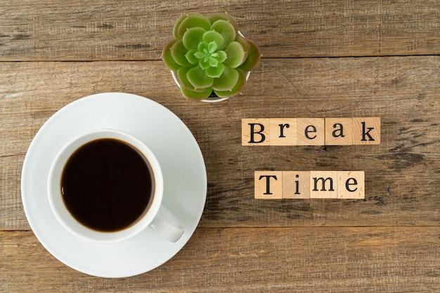 Una taza de café con un texto break time
