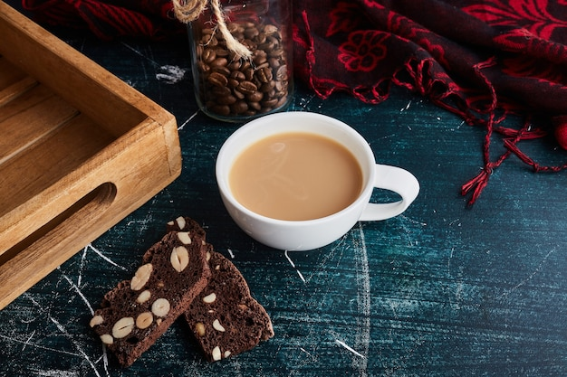 Una taza de café con trozos de chocolate.