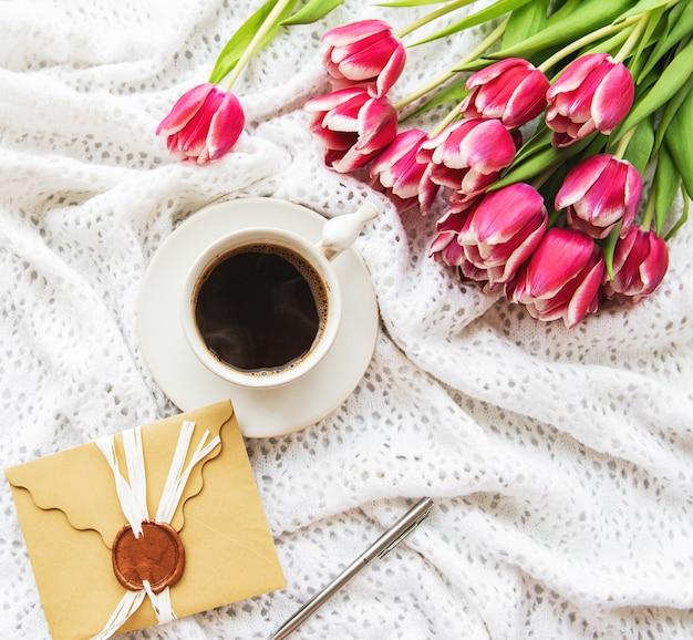 Taza de cafe y tulipanes