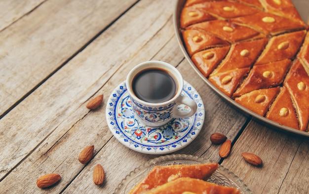Una taza de café turco y baklava. enfoque selectivo.