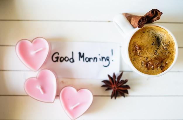Taza de café con velas románticas