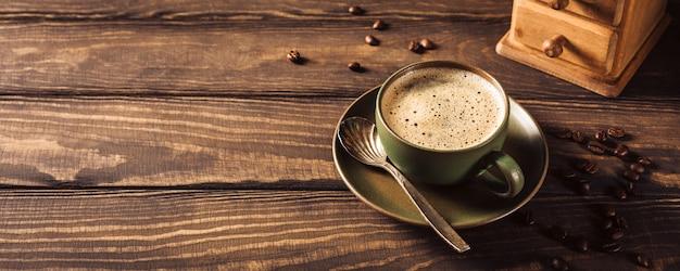 Taza de café verde con molinillo de café
