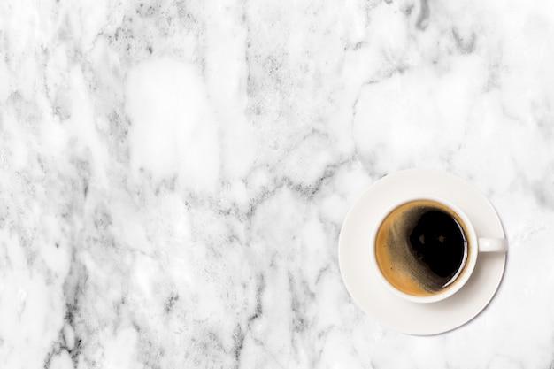 Taza de café en la vista superior de la mesa de mármol.
