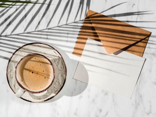 Taza de café y vista superior sobre