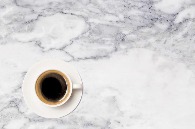Taza de café, vista superior de la taza de café en la mesa de mármol