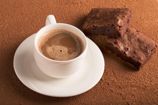 Taza de capuchino y brownies de chocolate