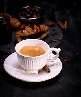 Taza de cerámica blanca con café negro.