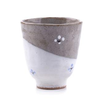 Taza de cerámica negra aislada en un fondo blanco