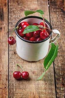 Taza de cerezas frescas