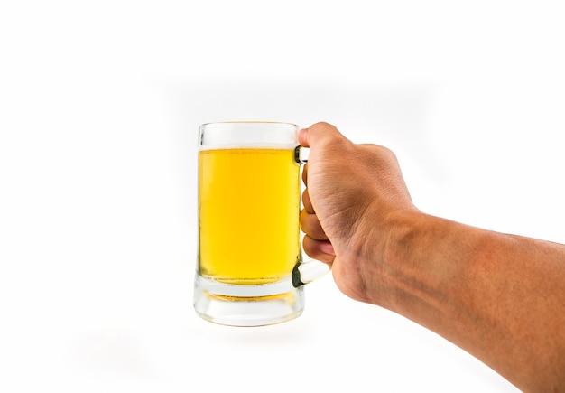 Taza con cerveza en mano sobre fondo blanco