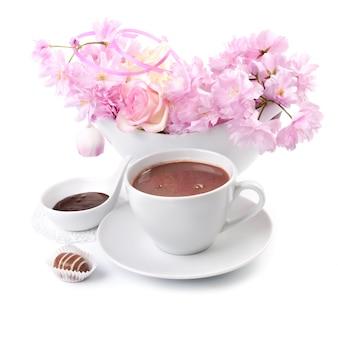 Taza de chocolate caliente en blanco