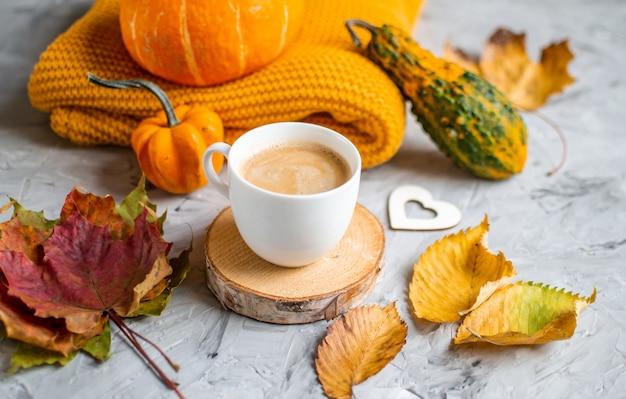 Taza chocolate caliente café tiempo de otoño panadería pretzel tejer bufanda hojas