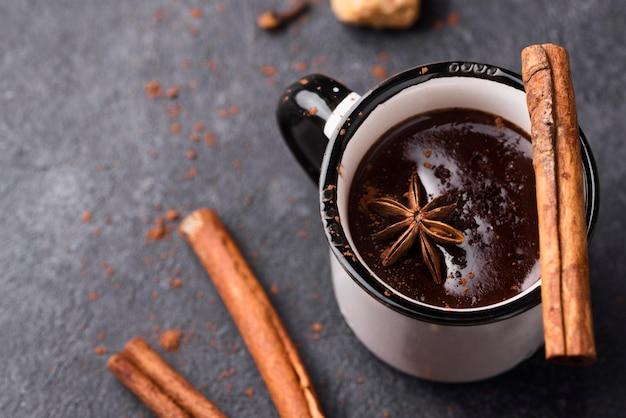 Taza con chocolate caliente y canela