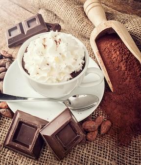 Taza de chocolate caliente con crema batida