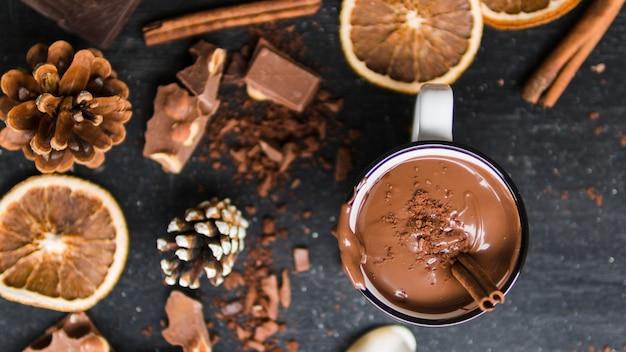 Taza de chocolate caliente con decoración de invierno.