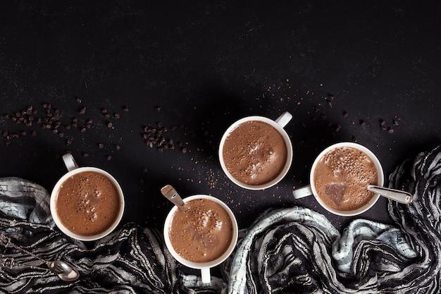 Taza de chocolate caliente con granos de café.