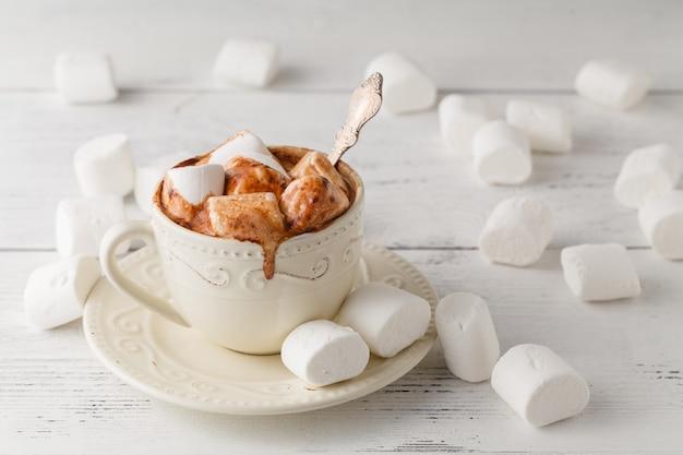 Taza de chocolate caliente con malvaviscos