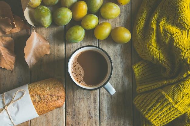 Taza de chocolate caliente o cacao, pan integral de centeno.