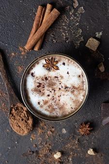 Taza de chocolate caliente o chocolate caliente con estrellas de anís y palitos de canela