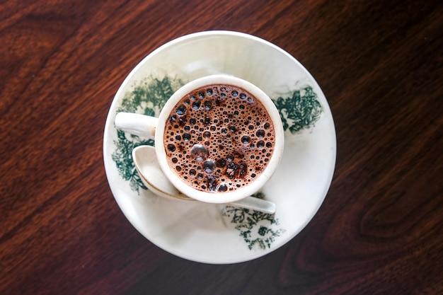 Taza de chocolate caliente sobre superficie de madera