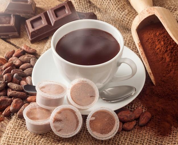 Taza de chocolate caliente con vainas.