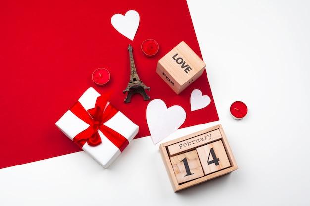 Taza con corazones de chocolate en rojo