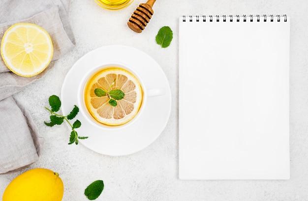 Taza de cuaderno con té de limón