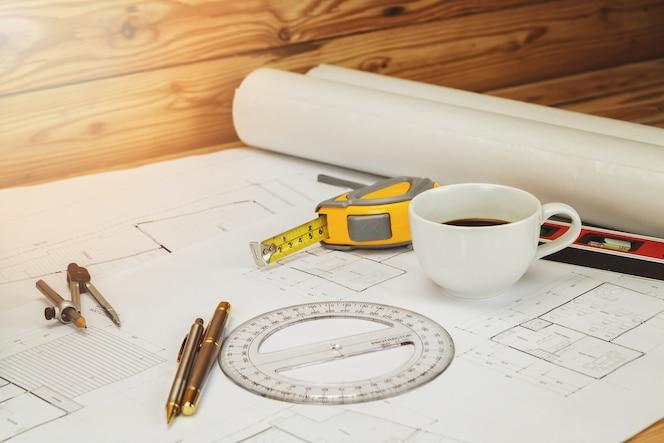 Taza de café con herramienta de medición y anteproyecto, concepto arquitectónico