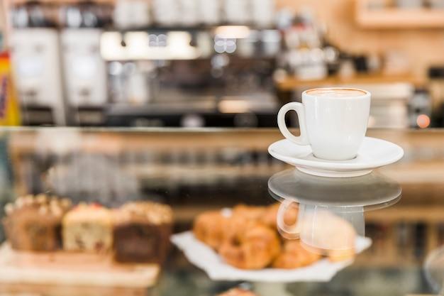 Taza de café con leche en la panadería