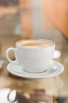 Taza de café en el mostrador de café