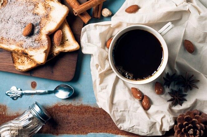 Taza de café sobre fondo rústico