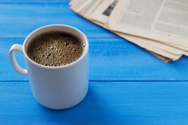 Taza de café y periódicos viejos