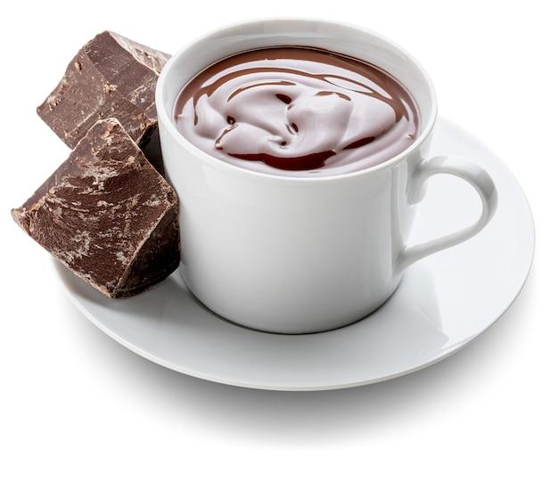 Taza de delicioso chocolate caliente bebible espeso con barras de chocolate negro puro