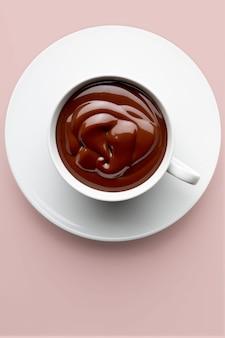 Taza de delicioso chocolate caliente bebible y espeso