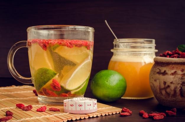 Taza de delicioso té de bayas de goji en la dieta