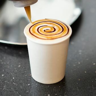Taza desechable con delicioso café.