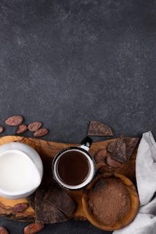 Taza de espacio de copia con chocolate caliente