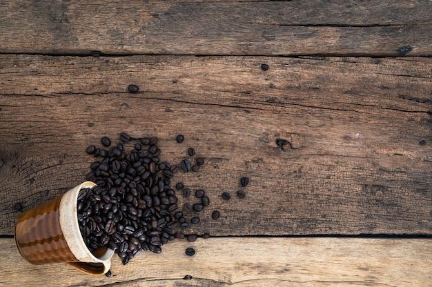 Taza de granos de café en el escritorio