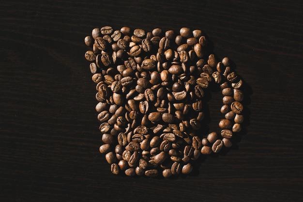 Taza hecha de granos de café