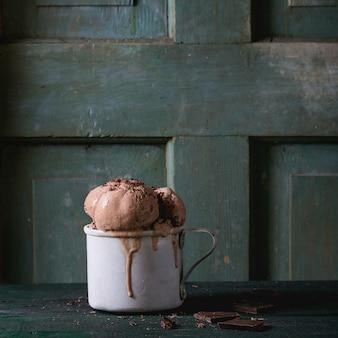 Taza con helado de chocolate