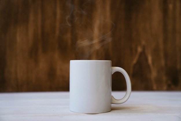 Taza humeante con bebida caliente