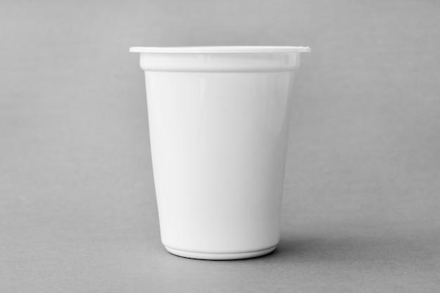 Taza de leche en blanco