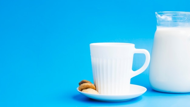 Taza de leche con galletas