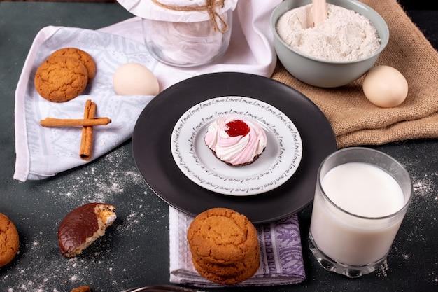 Taza de leche con pastel y harina