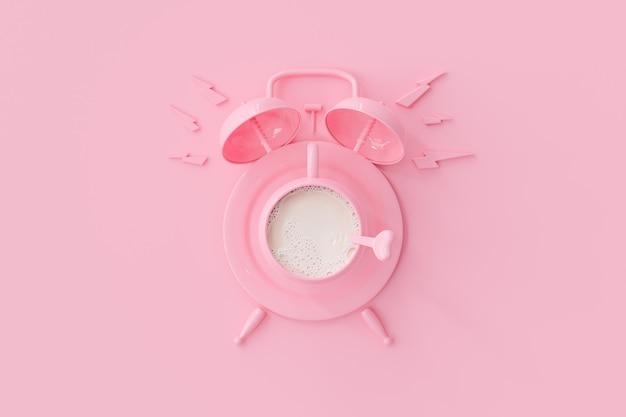 Taza de leche rosa con reloj